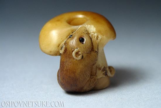 Ojime. Mouse on a mushroom.